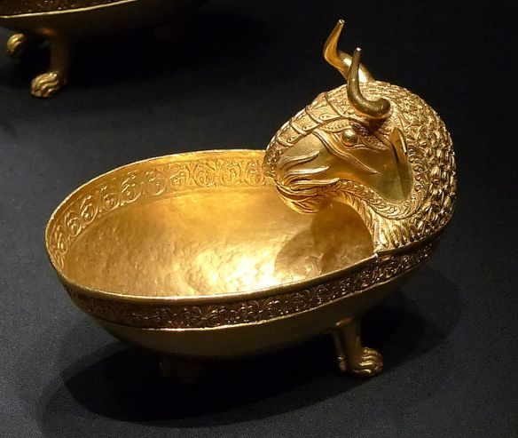 710px-KHM_Wien_VIIIb_11_-_Bull's_head_bowl,_Treasure_of_Nagyszentmiklós